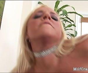 Super sexy MILF doing a..