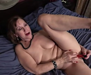 Mature MILF Lynn Saggy..