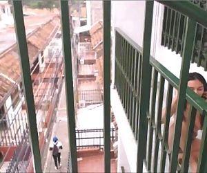 desnuda en el balcon -..